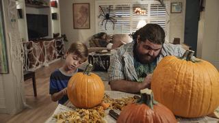 Jerry i syn Danny'ego obrabiają dynie.