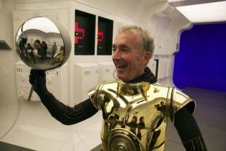 """Anthony Daniels nadal jest jedynym człowiekiem, który zagrał we wszystkich Star Wars. Tutaj nie wcielił się w C-3PO, ale w niewolnika, który krzyczy """"Sagwa, tędy!"""" w scenie ucieczki z Kessell"""