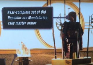 Według Art of Han Solo jest to mandaloriańska zbroja z czasów Starej Republiki. Zauważmy jednak, że jest ona czerwona, ale gdy podczas Wojen Klonów Darth Maul starał się przejąć władzę nad planetą Mandalore, jego żołnierze nosili właśnie takie czerwone zbroje. Nie ma na razie potwierdzenie, czy to tylko pamiątka,, czy Dryden Vos jest lojalnym jego żołnierzem od tamtych czasów