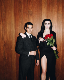 Sophie Turner i Joe Jonas jako Morticia i Gomez Addamsowie