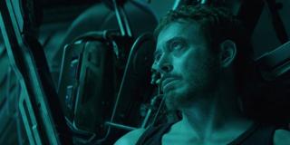 Wbrew niektórym doniesieniom, sekwencja otwierająca potwierdza, że na początku filmu nie ma żadnych znaczących przeskoków czasowych; od pstryknięcia palcami musiało minąć jedynie kilka tygodni - ocalali Avengers są już przecież w stanie zliczać ofiary wydarzenia