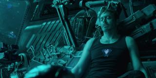 """Zwróćmy uwagę na to, że Tony ma na sobie dokładnie to samo ubranie, które widzieliśmy w filmie """"Iron Man"""", gdy w jaskini w Afganistanie tworzył on zbroję Mark I - ważna jest też gra świateł; w tym ujęciu jest go na ekranie więcej niż w pierwszej części zwiastuna"""
