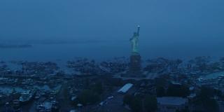 """Ujęcie pokazujące Staten Island ze Statuą Wolności; biorąc pod uwagę rozłożenie nowych konstrukcji na wyspie w sieci pojawiły się dwie teorie; albo w tym miejscu stworzonu coś na kształt sanktuarium, albo zakładane są tu obozy dla ocalałych; w literaturze amerykańkiej Statua Wolności niekiedy symbolizuje nowy początek narodu, jak choćby w wierszu """"The New Colossus"""" Emmy Lazarus"""