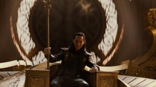 """2013: Rozgrywają się wydarzenia ukazane w filmie """"Thor: Mroczny świat"""". Frigga zostaje zamordowana. Thor pokonuje Mroczne Elfy. Loki wykorzystuje fortel, by zasiąść na asgardzkim tronie. Kamień Rzeczywistości trafia do Kolekcjonera."""