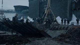 5. Bitwa o Winterfell (s08e03) - najbardziej kontrowersyjna bitwa w serialu. Część widzów ma za złe twórcom, że tak istotne starcie jest praktycznie niewidoczne, inni podziwiają umiejętne oddanie ponurego nastroju Długiej Nocy. O ile wydarzenia z pola bitwy rzeczywiście wypadają mizernie, to perełki takie jak światełka Dothraków pożerane przez ciemność czy Arya eksterminująca umarłych wewnątrz Cytadeli nadają klimatu całości. Bitwa miała swoje lepsze i gorsze chwile, ale nie da się ukryć, że tak ważna konfrontacja powinna być bardziej dopieszczona pod względem technicznym i fabularnym.