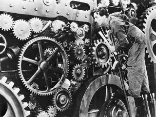 """Filmem, który jest wyświetlany, gdy Arthur nachodzi w toalecie Thomasa Wayne'a, są """"Dzisiejsze czasy"""" Charliego Chaplina z 1936 roku – po dziś dzień uważa się go za jeden z najlepszych komentarzy społecznych do zmieniających się w dobie industrializacji warunków pracy."""