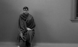 """Sposób, w jaki Arthur najpierw opiekuje się matką, przywołuje na myśl postawę Normana Batesa w filmie """"Psychoza"""" z 1960 roku."""