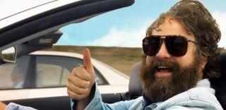 """Postać grana przez Justina Theroux nazywa się Ethan Chase – dokładnie tak, jak bohater Zacha Galifianakisa w komedii Todda Phillipsa z 2010 roku, """"Zanim odejdą wody""""; warto też wspomnieć, że współpracujący z Phillipsem przy """"Kac Vegas"""" Galifianakis podkładał głos Jokerowi """"LEGO: BATMAN – Film""""."""