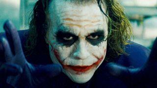 Niektórzy widzowie dopatrują się również nawiązania do blizn na twarzy, które nosił Joker w wersji Heatha Ledgera – zwróćmy uwagę, że gdy makijaż Flecka się rozmywa, poprawia go on krwią.