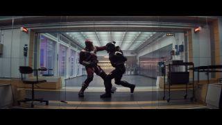 Nie wiemy jeszcze, kto wciela się w rolę Taskmastera – bardzo prawdopodobne, że będzie to O.T. Fagbenle, którego nie widzieliśmy w innych momentach zwiastuna. Zwróćmy uwagę, że złoczyńca zmierzy się w pojedynku jeden na jeden z Red Guardianem. Komentatorzy sugerują, że dojdzie do tego w trakcie ataku na górską placówkę Czerwonego Pokoju.