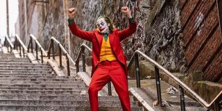Joker tańczący na schodach