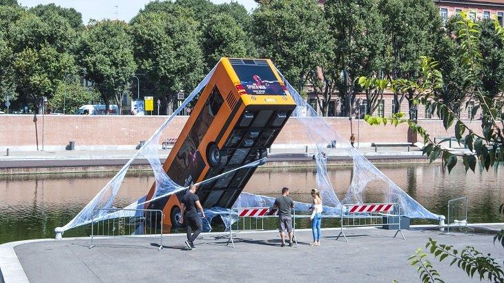 Mają rozmach: Sony wrzuciło autobus do rzeki by promować Marvel's Spider-Man