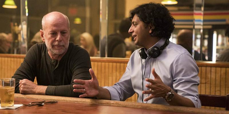 M. Night Shyamalan krytycznie o hybrydowej dystrybucji filmowej Warner Bros