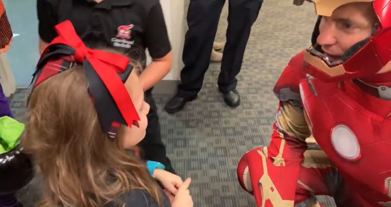 Ten oddział SWAT to prawdziwi superbohaterowie. Tak pocieszali dzieciaki w szpitalu