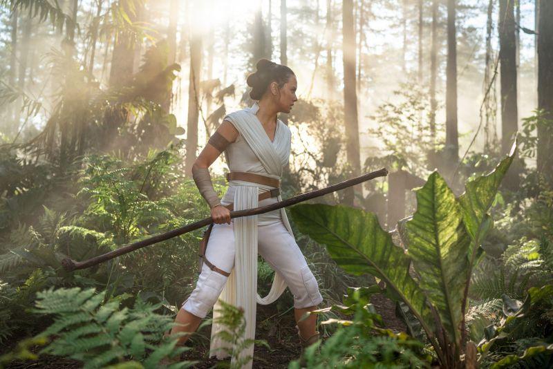 Gwiezdne Wojny: Skywalker. Odrodzenie - skąd nowy miecz świetlny na końcu filmu?