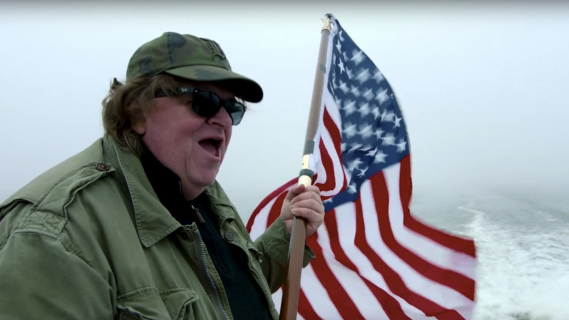 Michael Moore zachęca młodzież do oszukania systemu i pójścia na jego film