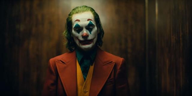 Joker – zobacz zwiastun. Joaquin Phoenix szaleje na ekranie!