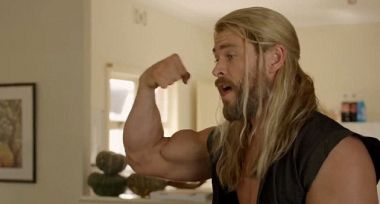 Marvel - ile naprawdę waży Mjolnir? Słynny fizyk krytykuje też... mięśnie Thora