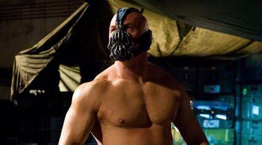 Mroczny Rycerz powstaje - rola Bane'a podzieliła fanów. Christopher Nolan broni Hardy'ego