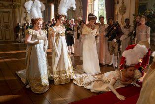 Bridgertonowie - pełny zwiastun serialu Netflixa. Dziewczyna z dobrego domu i scena małżeńska Londynu