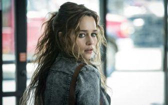 Poza podejrzeniem - Emilia Clarke jako informatorka FBI. Zwiastun, plakat i zdjęcia z filmu
