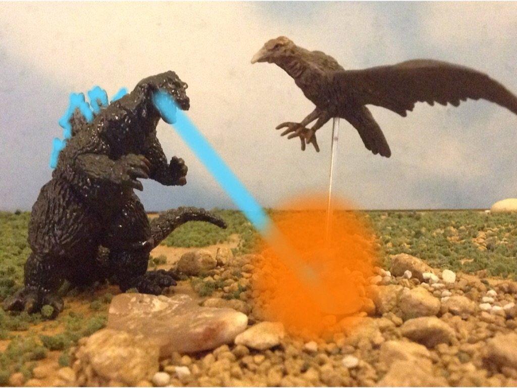 """Wielki Kondor (""""Ebirah - potwór z głębin"""", 1966) - przeciwnik Godzilli, gigantyczny ptak bez specjalnych mocy, pokonany za pomocą atomowego oddechu"""