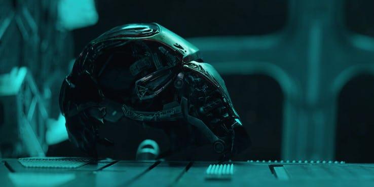"""Zbroja Iron Mana, pierwszy symbol MCU, jest zniszczona; na poziomie symbolicznym przypomina ona czaszkę z """"Hamleta"""" - podobnie jak bohater dramatu Szekspira, Stark znajduje się na skraju szaleństwa, rozważając swoją bierną postawę; zwróćmy uwagę, że fragment hełmu (dokładniej rzecz ujmując zbliżenie jego świecącego oka) bracia Russo pokazali w mediach społecznościowych już jakiś czas temu"""