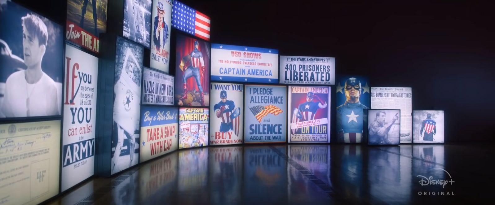 """Zwiastun rozpoczyna się od ujęcia z Instytutu Smithsona – z filmu """"Zimowy żołnierz"""" dowiedzieliśmy się, że to tam mieści się wystawa poświęcona Kapitanowi Ameryce. Już tutaj znajdziemy mnóstwo związanych z nim przedmiotów: dokument potwierdzający odrzucenie jego wniosku o służbę wojskową, zdjęcie pochodzące z prywatnej kolekcji Peggy Carter, okładkę pierwszego komiksu o Capie z prawdziwego świata (co ciekawe, w MCU w filmie """"Pierwsze starcie"""" w prawym dolnym rogu dodano do niej wizerunek Bucky'ego), plakat informujący o odwołaniu wycieczki z Rogersem jako przewodnikiem, nagłówek gazety informujący o wyzwoleniu 400 więźniów (wyzwolenie to widzieliśmy w """"Pierwszym starciu""""), zdjęcie pokazujące Capa w trakcie II wojny światowej – patrzył wówczas na kompas z dołączonym do niego zdjęciem Peggy, jak również model jego pierwszego kostiumu."""