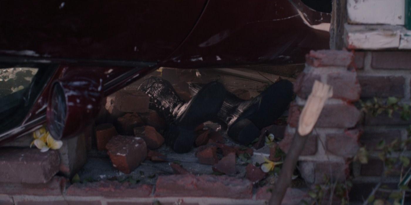"""Walcząc z Agathą Wanda rzuca w nią samochodem – podobnie jak w filmie """"Wojna bohaterów"""" w pojedynku z Iron Manem. Co więcej, gdy Maximoff chce sprawdzić, czy jej przeciwniczka w ogóle przeżyła, widzi tylko jej buty. To wyraźne nawiązanie do sceny z """"Czarnoksiężnika z Oz""""; Zła Wiedźma zginęła w trakcie zawalenia się na nią domu, a widz mógł później zobaczyć jedynie jej buty."""